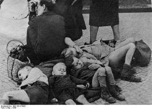ADN-Zentralbild II. Weltkrieg 1939 - 1945 Berlin, Flüchtlingskinder auf dem Bahnhof Lankwitz, 1945 01-45