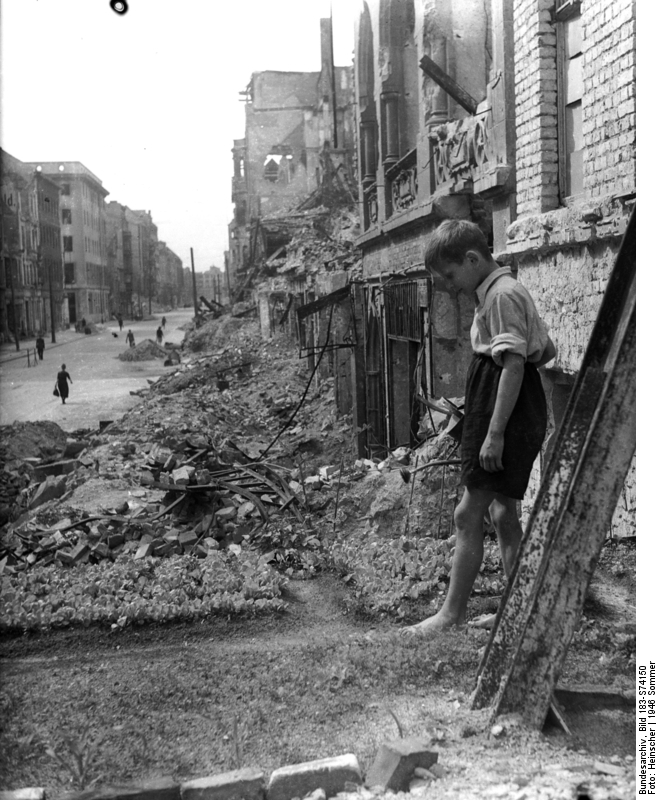 Zentralbild/Heinscher/ Berlin im Sommer 1946: Dieser Junge pflegt mit Liebe seinen kleinen selbstangelegten Gemüsegarten auf dem Schutthaufen vor seiner elterlichen Wohnung in der Berliner Innenstadt.